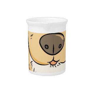 Pequeño perrito que quiere un bocado jarra de beber