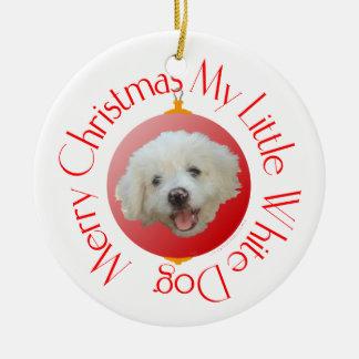Pequeño perro blanco de las Felices Navidad Adorno Redondo De Cerámica