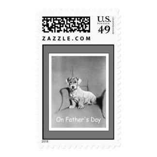 Pequeño perro en una silla grande - sello del día
