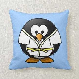 Pequeño pingüino animado lindo del judo almohada
