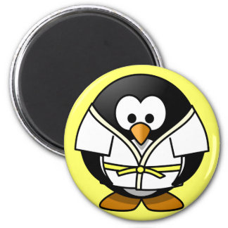 Pequeño pingüino animado lindo del judo imán redondo 5 cm