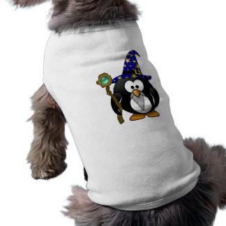 Pequeño pingüino animado lindo del mago camisetas de perrito