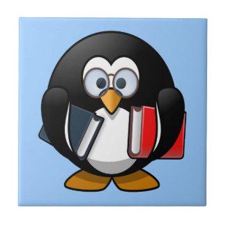Pequeño pingüino animado lindo del ratón de biblio azulejos