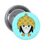 Pequeño pingüino en el botón de Pinback del gorra