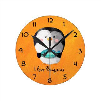Pequeño pingüino lindo reloj redondo mediano