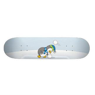 Pequeño pingüino que consigue una bola de la nieve patin personalizado