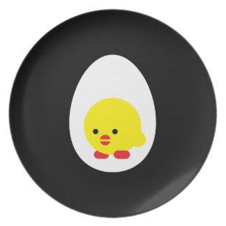 Pequeño polluelo en su huevo platos de comidas