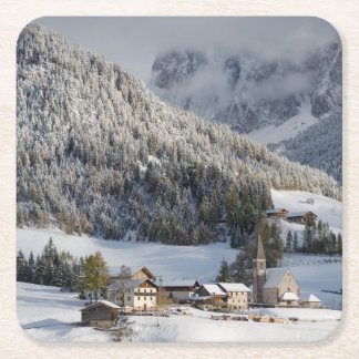 Pequeño pueblo alpino en el práctico de costa de posavasos de cartón cuadrado