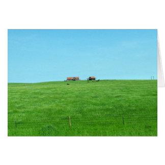 Pequeño rancho en una colina tarjeta de felicitación
