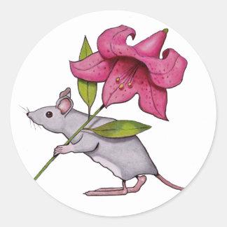 Pequeño ratón con la flor grande: Lirio, arte Pegatina Redonda