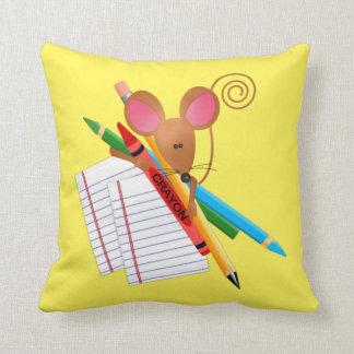 Pequeño ratón con los creyones y el papel alineado cojín