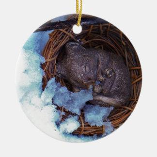 pequeño ratón lindo en la nieve adorno redondo de cerámica