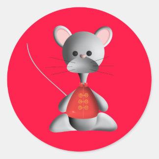Pequeño ratón lindo en rojo pegatina redonda
