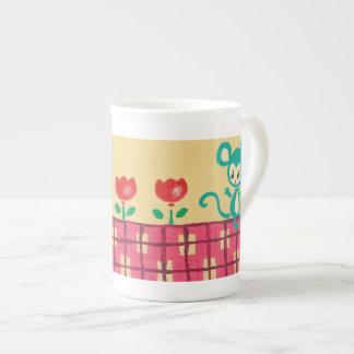 Pequeño ratón pintoresco con los tulipanes taza de porcelana