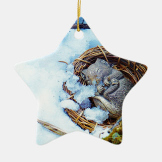 Pequeño ratón que duerme en la nieve ornamentos de reyes magos