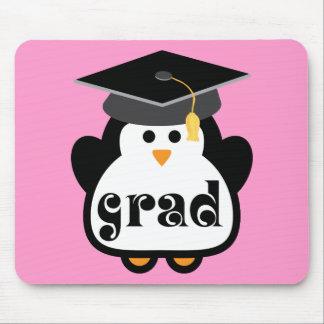 Pequeño regalo de la graduación del pingüino del g alfombrilla de ratones