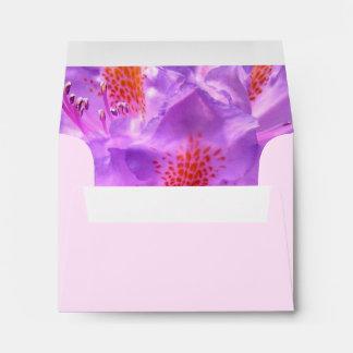 Pequeño sobre floral de la tarjeta de la invitació