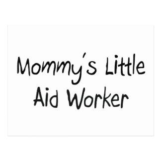 Pequeño trabajador de la ayuda de la mamá postal