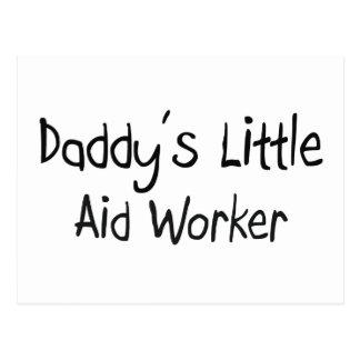 Pequeño trabajador de la ayuda del papá postal