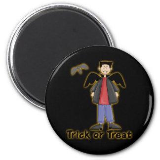 Pequeño vampiro del truco o de la invitación imán redondo 5 cm