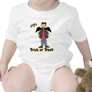 Pequeño vampiro del truco o de la invitación camiseta