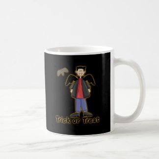 Pequeño vampiro del truco o de la invitación tazas de café