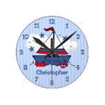 Pequeño velero lindo reloj de pared
