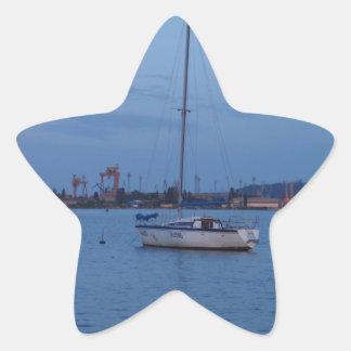 Pequeño yate anclado en el Mar Negro Pegatina En Forma De Estrella