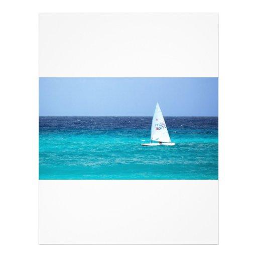 """Pequeño yate en el mar folleto 8.5"""" x 11"""""""