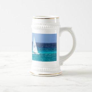 Pequeño yate en el mar jarra de cerveza