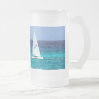 Pequeño yate en el mar taza de cristal