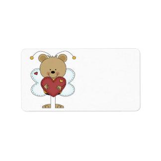 pequeños adorables manosean el oso que lleva a etiquetas de dirección