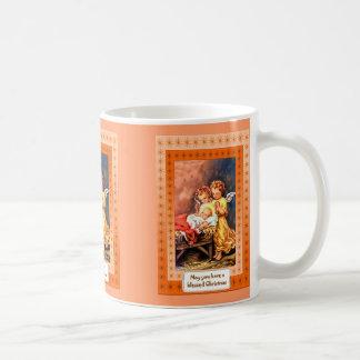 Pequeños ángeles en el pesebre taza de café