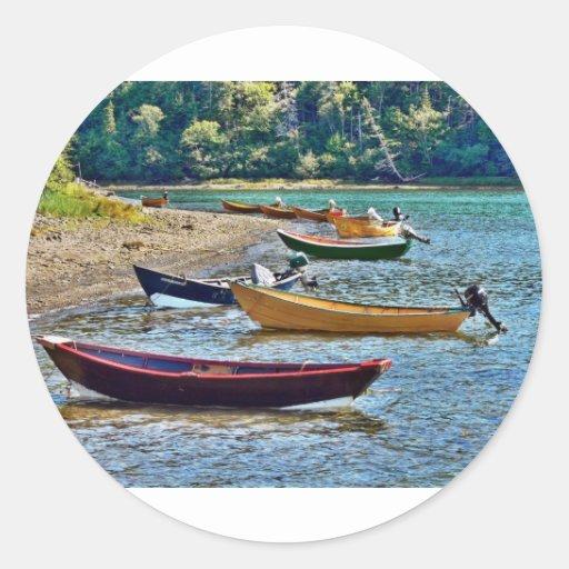Pequeños barcos de Ftishermen de la costa este Pegatina Redonda