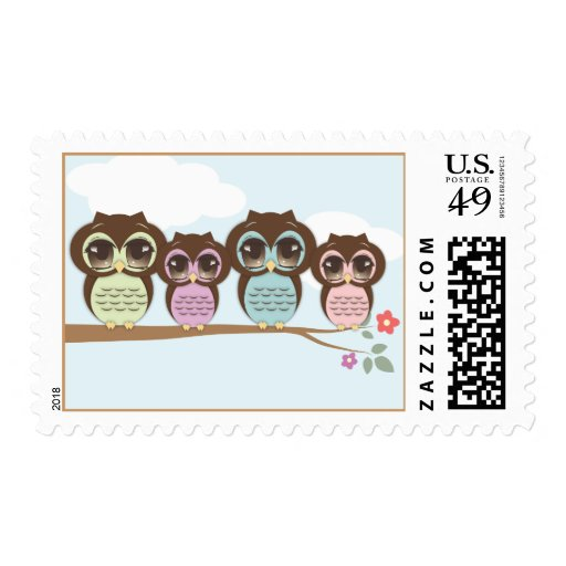 Pequeños búhos dulces en una rama timbres postales