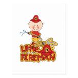 Pequeños camisetas y regalos del bombero tarjeta postal