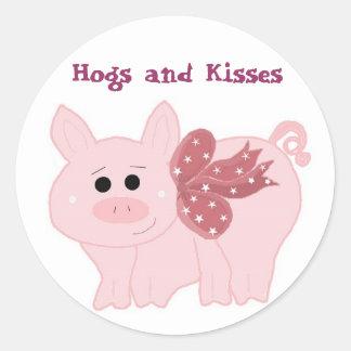 Pequeños cerdos guarros y besos pegatina redonda
