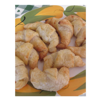 Pequeños croissants salados hechos en casa con la membrete