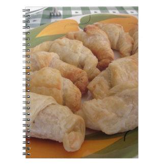 Pequeños croissants salados hechos en casa libro de apuntes con espiral