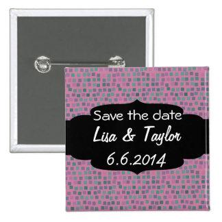 Pequeños cuadrados en fondo rosado pin cuadrada 5 cm
