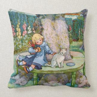 Pequeños gatito y niño de la mamá ganso almohada