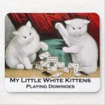 Pequeños gatitos blancos que juegan dominós alfombrilla de ratones
