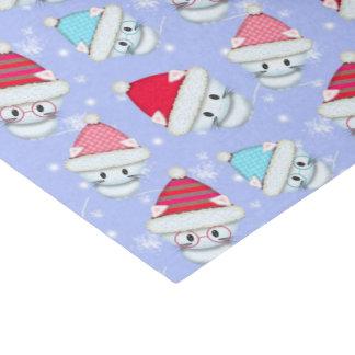 Pequeños gatitos del navidad blanco en el modelo papel de seda pequeño