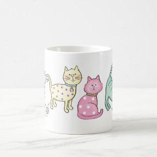 Pequeños gatitos taza básica blanca