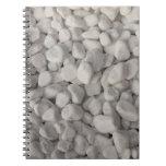 Pequeños guijarros blancos cuaderno