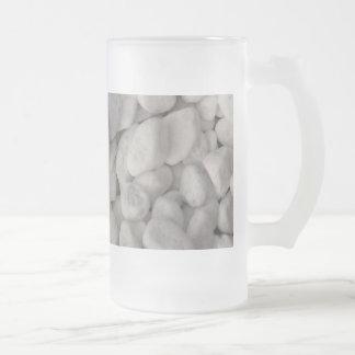 Pequeños guijarros blancos jarra de cerveza esmerilada