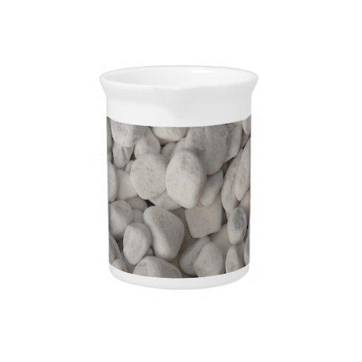 Pequeños guijarros blancos jarrones