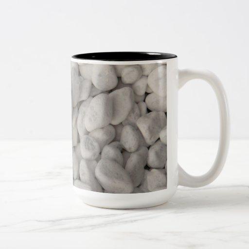 Pequeños guijarros blancos taza de café