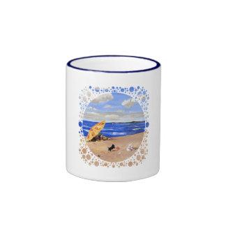 Pequeños juegos del escocés en la playa tazas de café