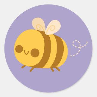 Pequeños lindos manosean la abeja en púrpura pegatina redonda